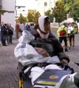 Ældre dame på 74 køres væk af ambulancefolk efter at hun brutalt var blevet slået med et jernrør i hovedet og de autonome stod efterfølgende og ventede på om hun bevægede sig inden de forsvandt.